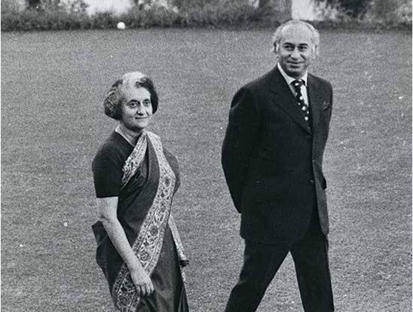 Pakistani PM ZA Bhutto and Indian PM Indira Gandhi in Shimla, Kashmir, 1972. Both signed an agreement that stated the final settlement of Kashmir would be decided bilaterally in the future and that both sides would respect the Line of Control (LoC).