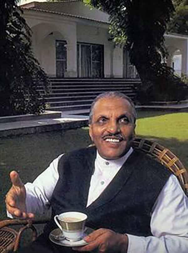 Gen Zia in shalwar-kameez and 'coatee.'